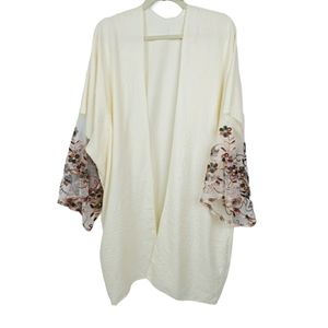 Boutique Kimono one size embroidered sleeves